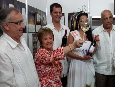 Mejico, la enologa Isabel Mijares brinda con uno de nuestros vinos
